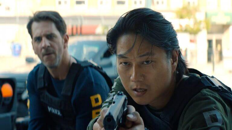「韓哥」姜成鎬回歸大銀幕《8 級警戒》成硬派警探!絕對少數異能者與軍事警察的科幻動作長片