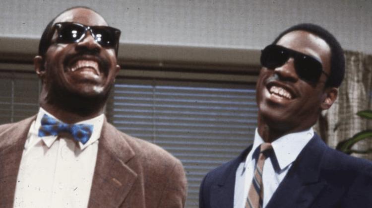 搞笑及模仿功力一流的 艾迪墨菲 在 19 歲時就成為了《周六夜現場》(SNL) 的固定班底,模仿史蒂夫汪達維妙維肖又好笑。
