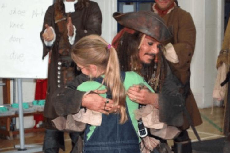 船長給他的小夥伴一個溫暖的抱抱。