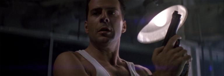 《魔鬼戰將》中致敬了不少《終極警探》經典畫面。