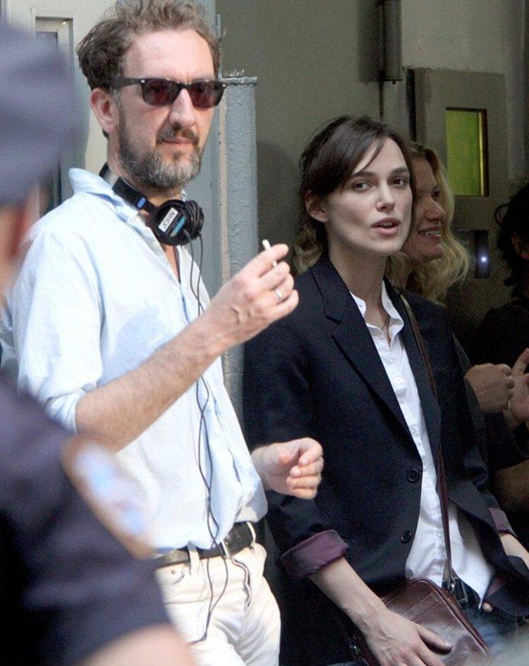 《曼哈頓戀習曲》導演約翰卡尼及主演綺拉奈特莉。
