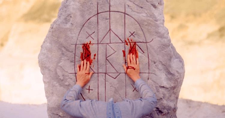 《仲夏魘》如同《宿怨》也是一部披著邪教恐怖電影外皮的家庭劇情電影。