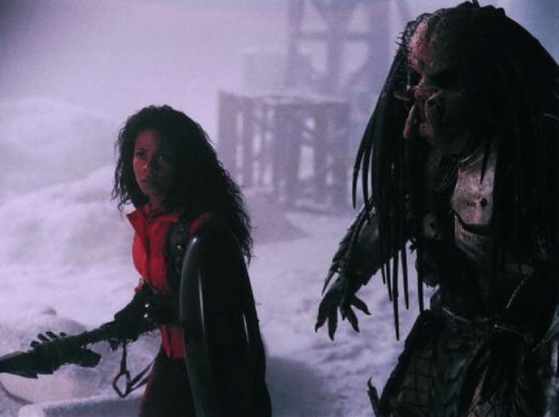 《 異形戰場 》女主角 與 刀疤終極戰士 並肩作戰。