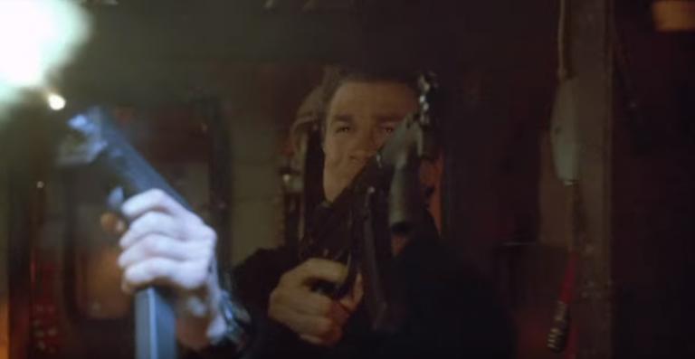 席格在《魔鬼戰將》中大顯身手,他的功夫與探員經歷可不是鬧著玩的。