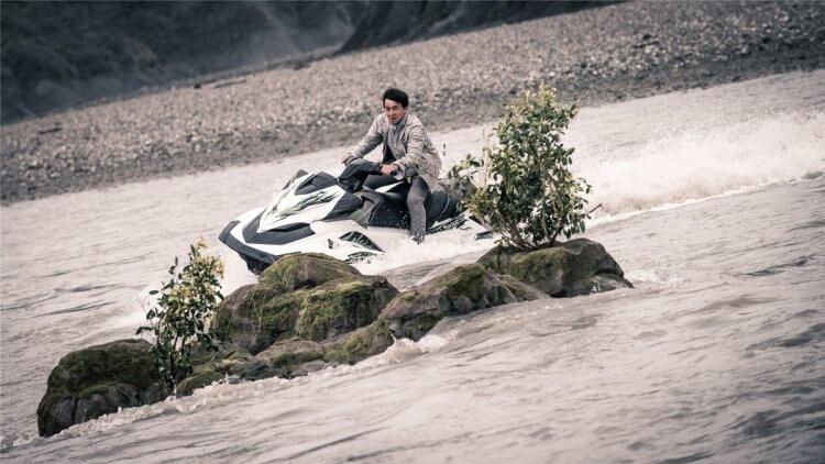 成龍拍攝唐季禮動作喜劇電影《急先鋒》的一場水上飛車戲曾不慎落水,以性命拼搏演出。