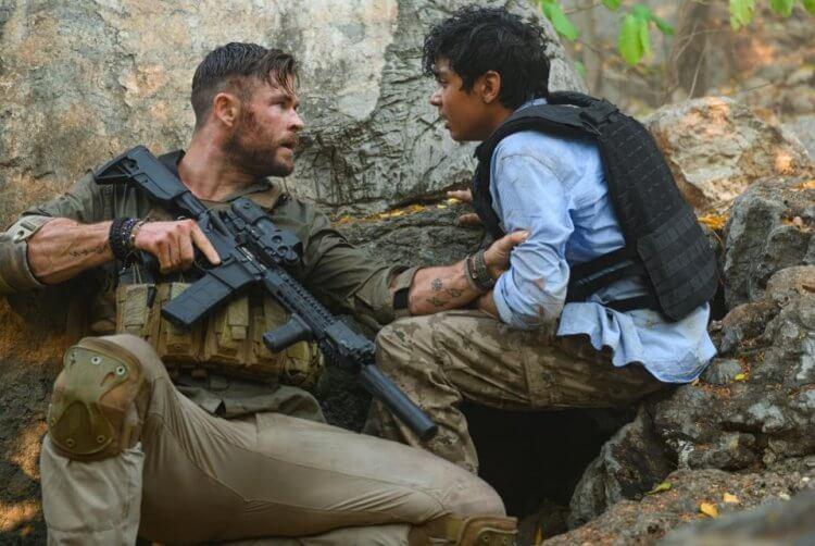 《驚天營救》克里斯漢斯沃扮演一名黑市傭兵,必須營救由魯哈克什賈斯瓦 (Rudhraksh Jaiswal) 飾演、被毒梟綁架的男孩。