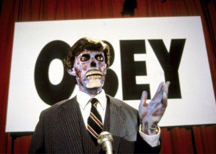同名小說改編,約翰卡本特導演 1988 年執導的恐怖片《X 光人》中有許多劇情,今日看來令人不寒而慄。
