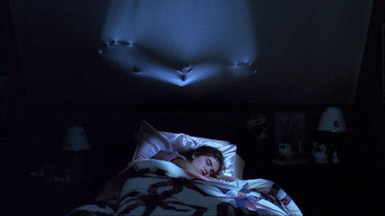 《半夜鬼上床》的殺人魔佛萊迪,最愛趁人睡夢當中「出手」!
