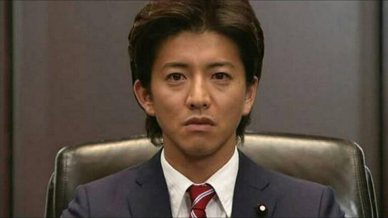 2008 年日劇《CHANGE》中,木村拓哉飾演個性耿直的小學老師,因政治家的父親過世,而被黨挺出成為總理改革的故事。