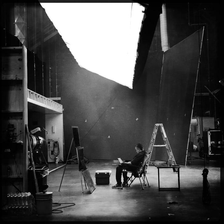 一張復仇者聯盟相關片場黑白照,導演羅素兄弟表示不單純。