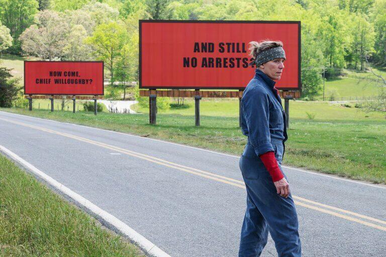 接連榮獲 金球獎 奧斯卡金像獎 肯定的 黑色喜劇 犯罪片 《 意外 》 ,貫穿 電影 主軸的三塊 廣告看板