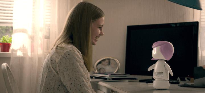 偶像歌手麥莉希拉在話題影集《黑鏡》第五季《瑞秋、傑克和小艾希莉》中飾演偶像歌手,但她代言的 AI 機器人似乎並不單純......