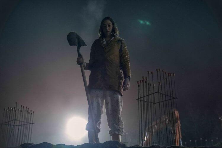 在史蒂芬金恐怖經典改編影集《 城堡岩 》第二季次飾演關鍵人物「安妮」的女星麗茲凱普蘭。