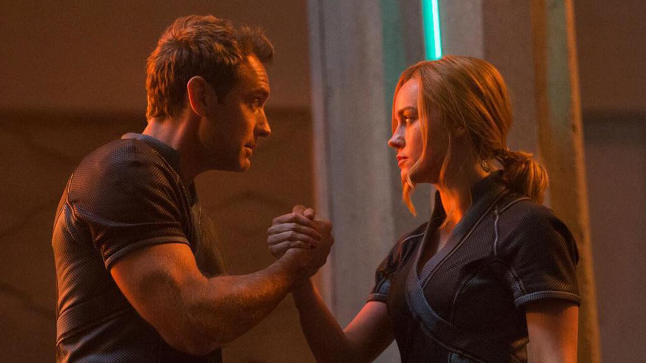 裘德洛在《驚奇隊長》裡真的是反派嗎?最新劇照驚見與布麗拉森「相信之握」首圖