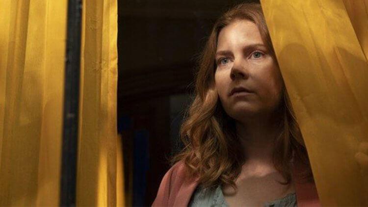 Netflix《窺探》對原著進行了哪些改編?盤點電影版與《後窗的女人》小說的「五大差異」——首圖