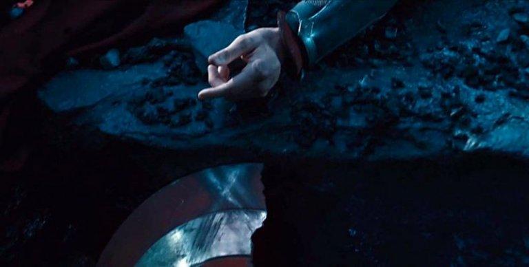《復仇者聯盟2:奧創紀元》中,東尼所見的幻象中英雄們逐一凋零,也包括美國隊長。