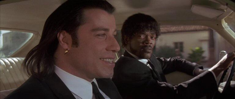《黑色追緝令》片中「文生」約翰屈伏塔與「朱爾」山繆傑克森開車移動的劇照。