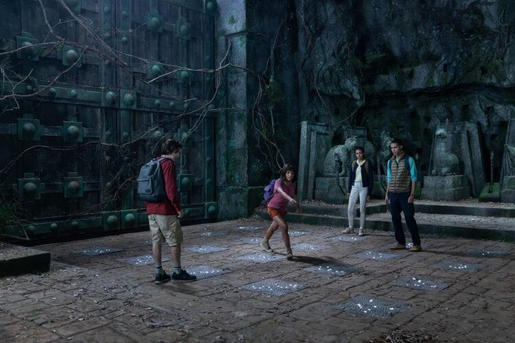 真人版《朵拉與失落的黃金城》電影講述長大後的 Dora 和夥伴前往失落的印加黃金城解救失蹤的父母,展開一場刺激的大冒險。
