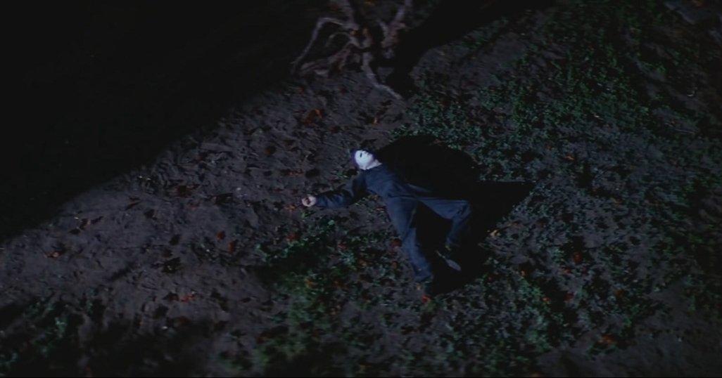 麥克邁爾斯 ! 你怎麼倒成這樣──導演表示曾想在《 月光光新慌慌 》加入貼心「前情提要」。