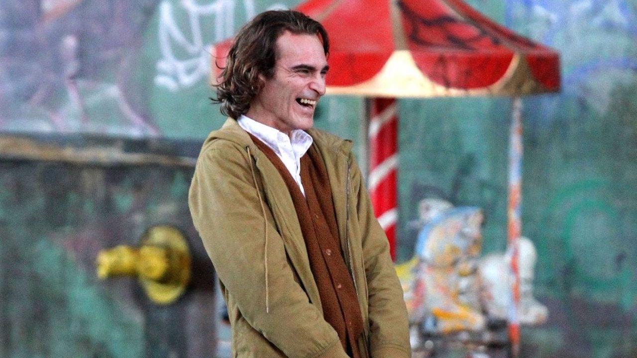 由 瓦昆菲尼克斯 在《 小丑 》 起源電影 飾演的 「亞瑟佛萊克」。