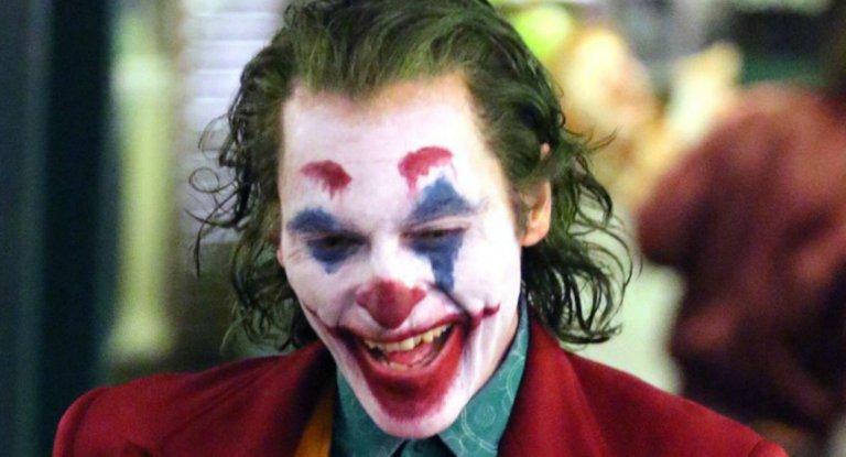 瓦昆菲尼克斯在《小丑》個人電影中逐漸裝扮成我們所熟知的「那個」形象。