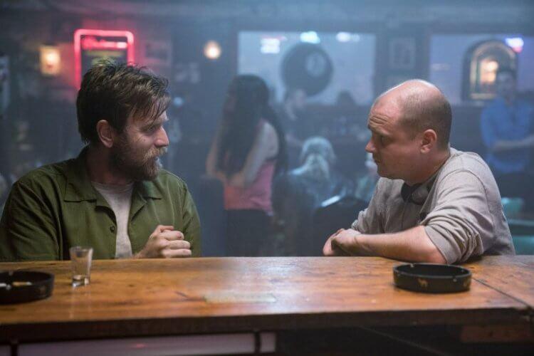《安眠醫生》導演麥可弗拉納根向飾演主角的伊旺麥奎格講戲。