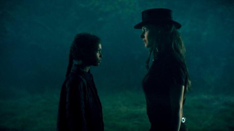 《安眠醫生》裡,凱莉卡倫飾演同樣有閃靈能力的艾伯拉,而蕾貝卡弗格森飾演「真結族」首領高帽蘿絲。