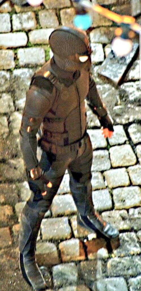 《 蜘蛛人:離家日 》的新片場照拍到蜘蛛人的新服裝,推測是神盾局為他打造的新戰衣。