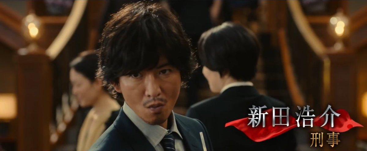 木村拓哉參演東野圭吾推理小說改編的同名電影《假面飯店》,邋遢刑警臥底當高貴飯店櫃檯接待員。