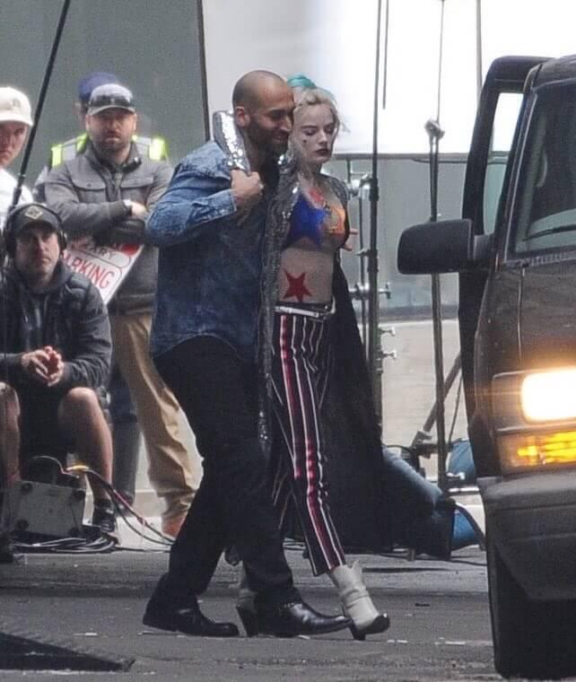 《猛禽小隊》外流的片場照可看見瑪格羅比飾演的小丑女身穿紅藍「愛國裝」。