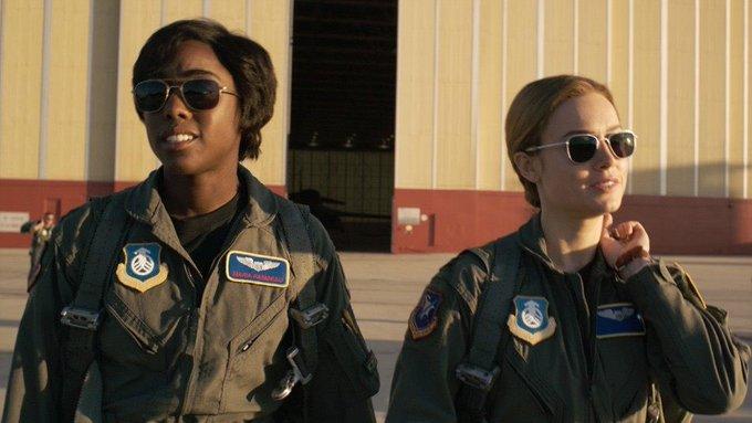 左為《驚奇隊長》中,飾演卡蘿丹佛斯飛官時期的好友,瑪麗亞拉姆博 (Maria Rambeau) 的拉沙納林奇。