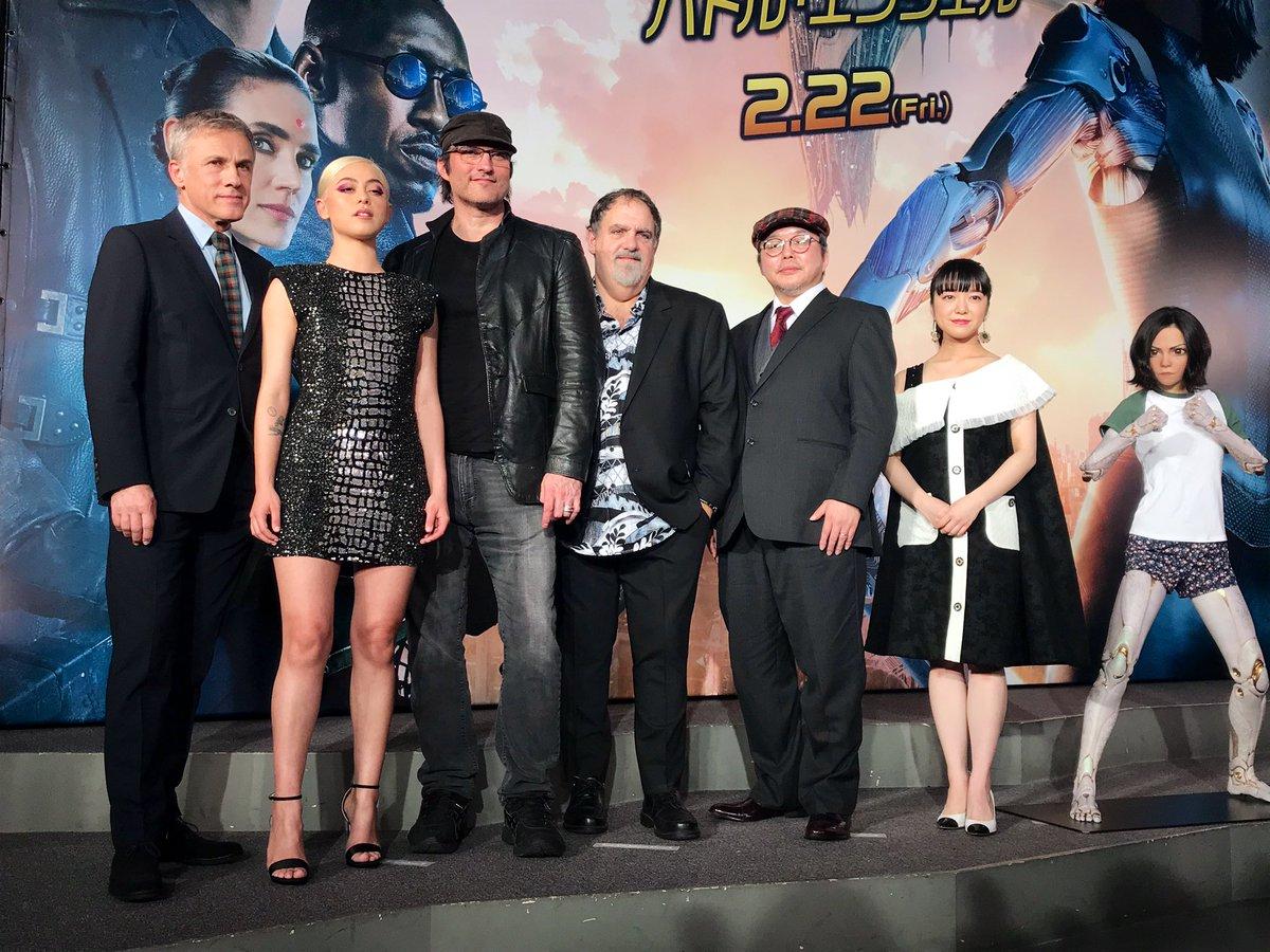 出席《艾莉塔:戰鬥天使》日本特映會的主要演員陣容與原作漫畫家木城幸人老師(右起三)。
