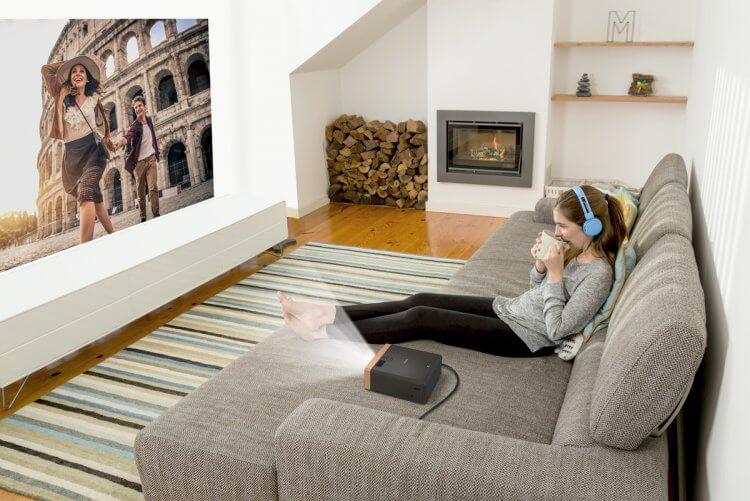 讓家用投影機輕鬆把家變成電影院:Epson EF-100 雷射家用投影機。