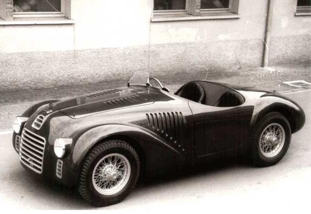 改編自 60 年代福特與法拉利之間恩怨情仇的賽車電影《賽道狂人》,當時的法拉利以賽車為主,為了賺取參賽經費才生產一般街用車。