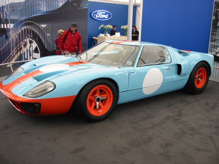 維基百科上的福特經典跑車車款 GT40,當年為了在利曼 24 小時耐力賽贏過法拉利車隊,福特首度研發的比賽用跑車。