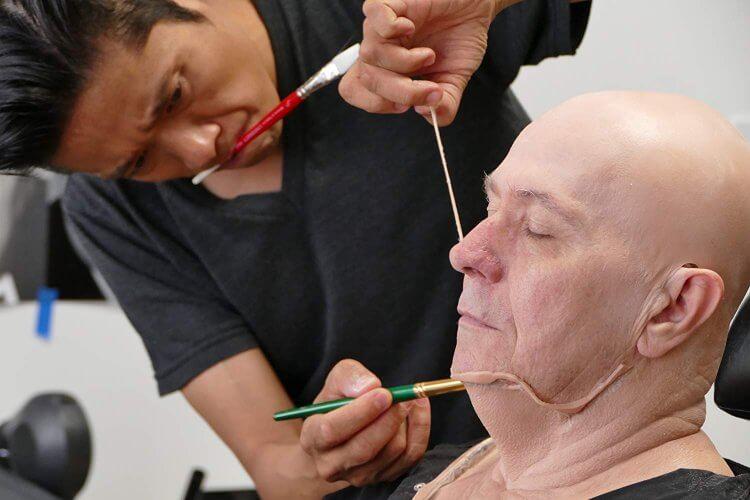 辻一弘正在為電影《最黑暗的時刻》中飾演邱吉爾的蓋瑞歐德曼進行特殊化妝。