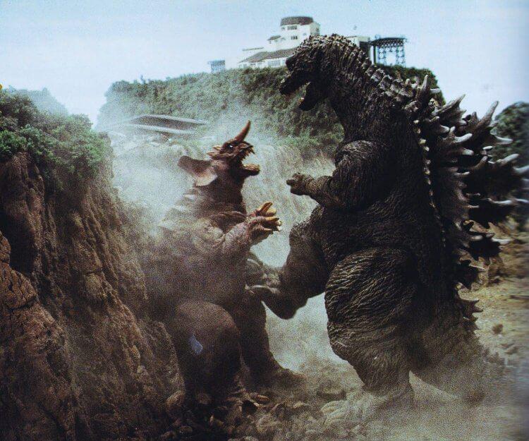 2001 年電影《哥吉拉‧摩斯拉‧王者基多拉 大怪獸總攻擊》(舊譯:終極酷斯拉)中的哥吉拉有著特殊設定,體型也比一般皮套戲服還要大上許多,圖為與巴拉貢對戰的畫面。