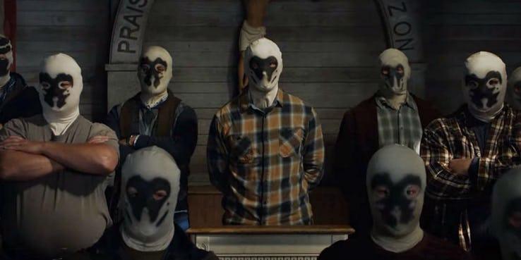 《守護者》(Watchmen) 劇照,一群戴著羅夏面具的人們。