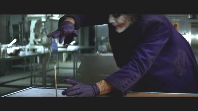 《黑暗騎士》你一定看過的「小丑把鉛筆變不見」經典橋段是怎麼拍的? 幕後拍攝秘辛曝光