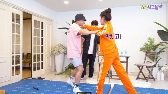 IU與武術助理示範防身術