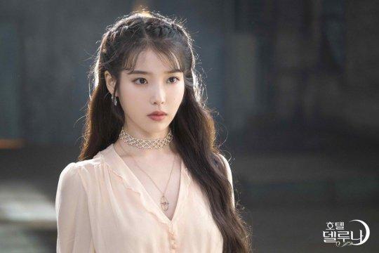 IU在《德魯納酒店》中飾演酒店社長「張滿月」