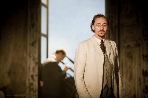 2008 年舞台劇《伊凡諾夫》,飾演醫生一角的湯姆希德斯頓。