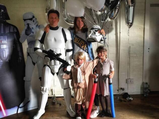 名廚傑米奧利佛在兒子的生日派對上又再度變身帝國風暴兵。