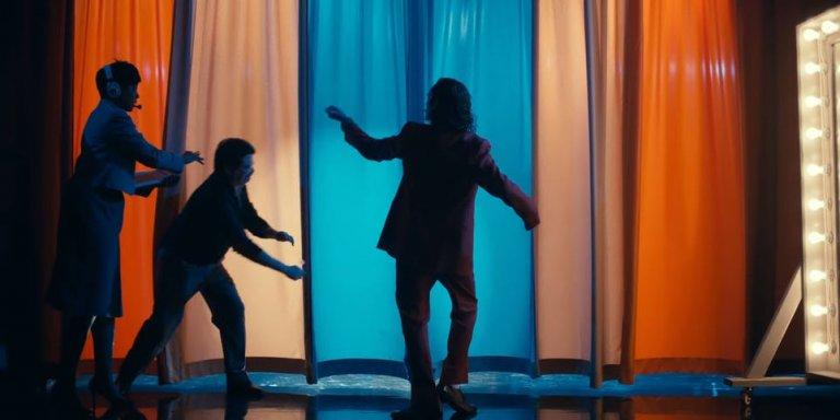 瓦昆版《小丑》(Joker) 起源電影中的許多橋段可看出對當年影劇的致敬彩蛋。