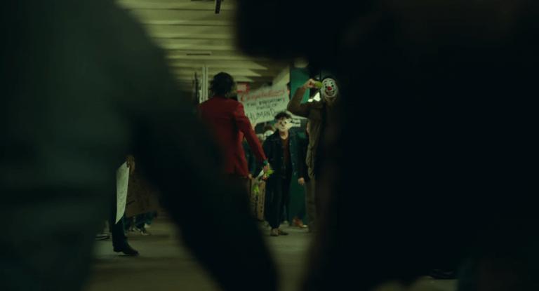 《小丑》(Joker) 起源電影背景為貧富差距懸殊的罪惡都市高譚市 (Gotham City),民眾是否將小丑奉為救星?。