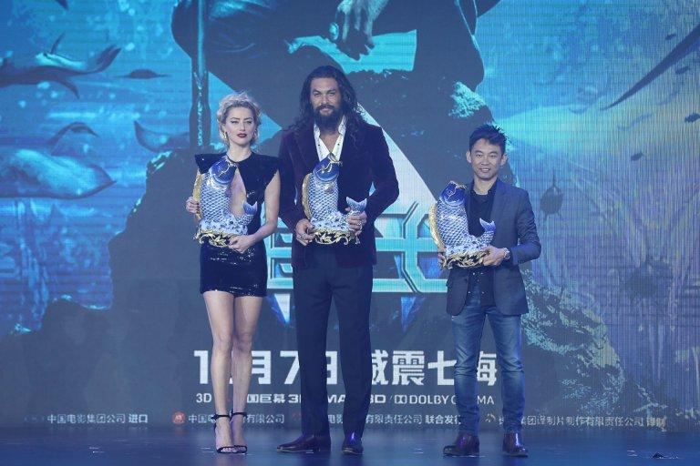 華納DCEU電影第六部作品《水行俠》(Aquman) 11/18 (日) 在北京舉辦盛大首映,導演溫子仁率兩大主角傑森摩莫亞(Jason Momoa)及安柏赫德(Amber Heard) 共同出席。