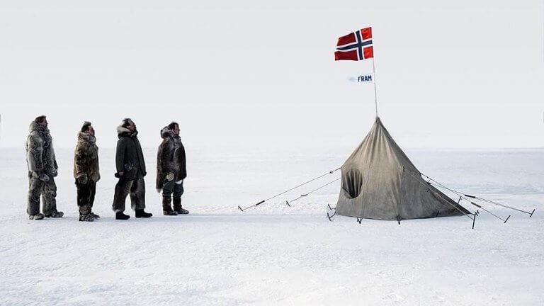 《極地先鋒》電影劇照,挪威傳奇探險家阿蒙森與他的團隊征服南極的故事。