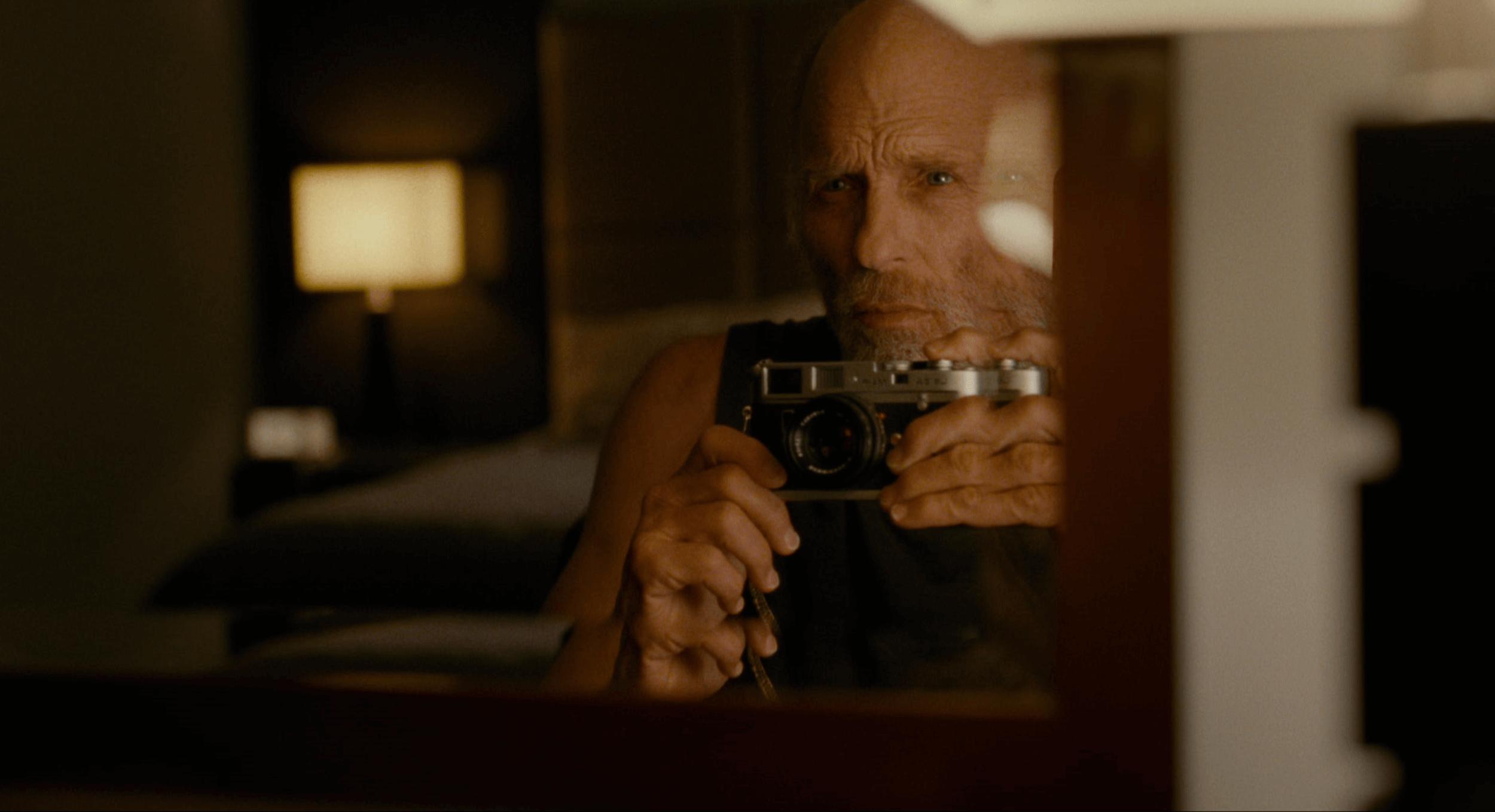改編紐約拾飽熱門文章,喜愛柯達底片攝影的粉絲故事,艾德哈里斯《拾光人生》電影劇照。
