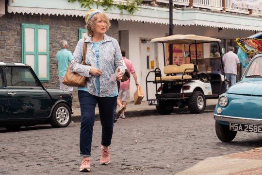 《洗鈔事務所》 梅莉史翠普 (Meryl Streep) 飾演愛倫馬丁 ( Ellen Martin)