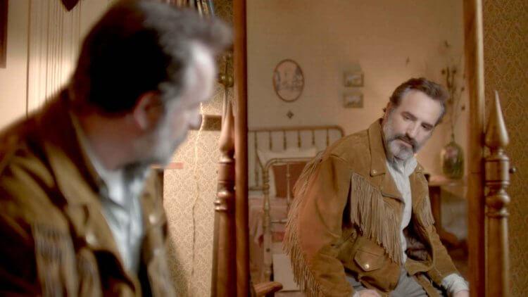 小心,這皮夾克有「詭」!《鹿皮奇談》ㄎㄧㄤ導昆汀的黑色喜劇,為了心愛夾克無賴男竟釀出一場邪典大屠殺首圖
